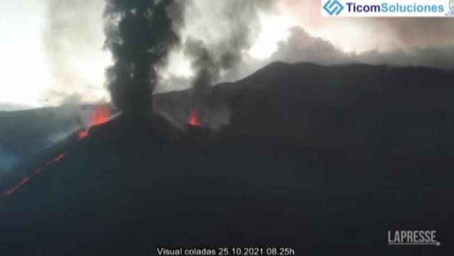 Canarie, il vulcano a La Palma continua a eruttare: le immagini choc riprese dall'alto