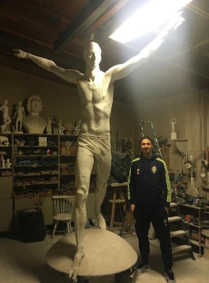 Zlatan Ibrahimovic, lultima follia: petto nudo, mai visto